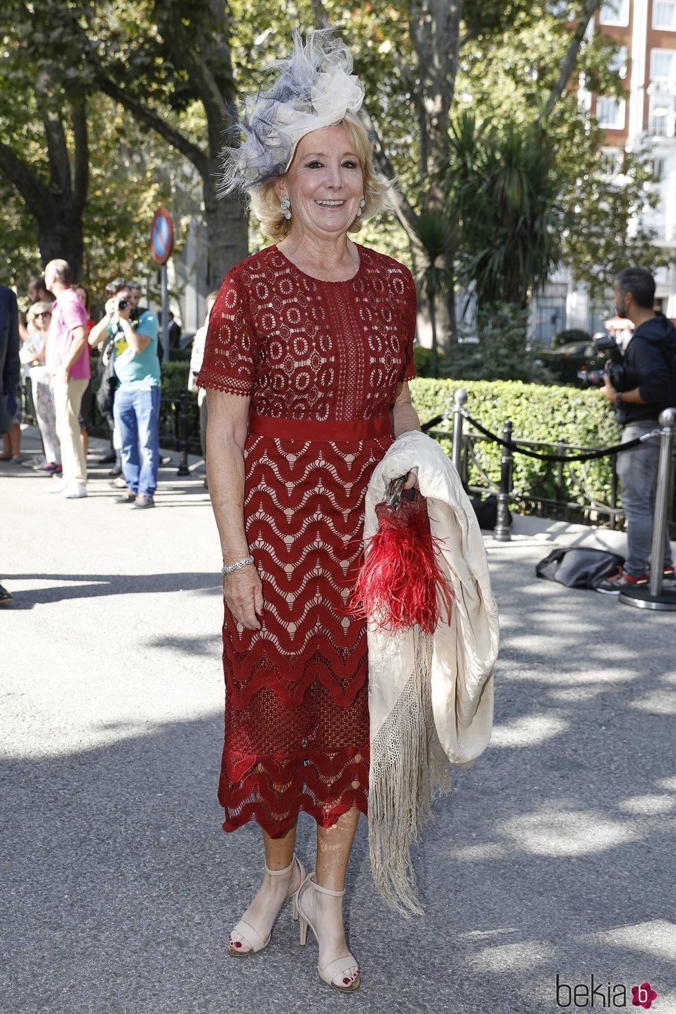 Esperanza Aguirre llegando a la boda de Fernando Fitz James-Stuart con Sofía Palazuelo