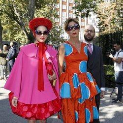 Ágatha Ruiz de la Prada y Cósima Ramírez llegando a la boda de Fernando Fitz James-Stuart con Sofía Palazuelo