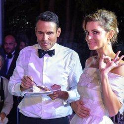 María Menounos junto a Keven Undergaro durante su boda en Grecia