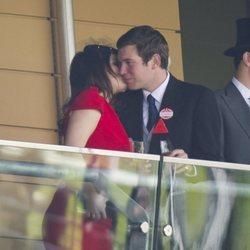 La Princesa Eugenia de York y Jack Brooksbank muy acaramelados en Ascot 2011
