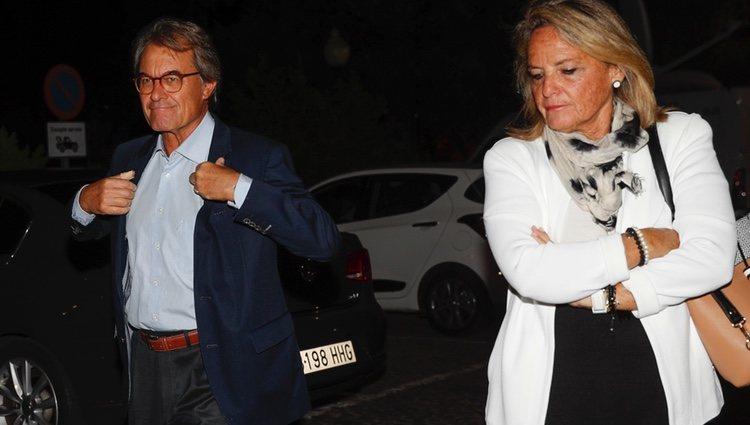 Artur Mas y su esposa llegando a la capilla ardiente de Montserrat Caballé