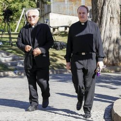 El Padre Apeles llegando a la capilla ardiente de Montserrat Caballé