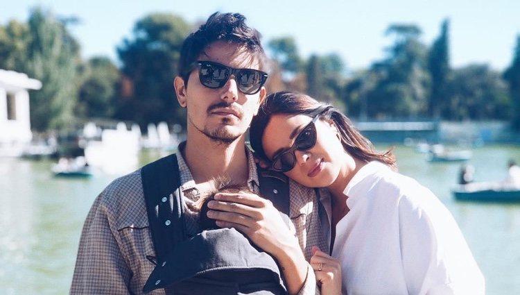 Dafne Fernández de paseo con su hijo y su marido en el Retiro de Madrid