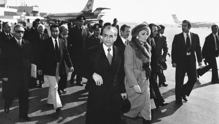 Mohamed Reza Pahlavi y Farah Diba partiendo hacia el exilio