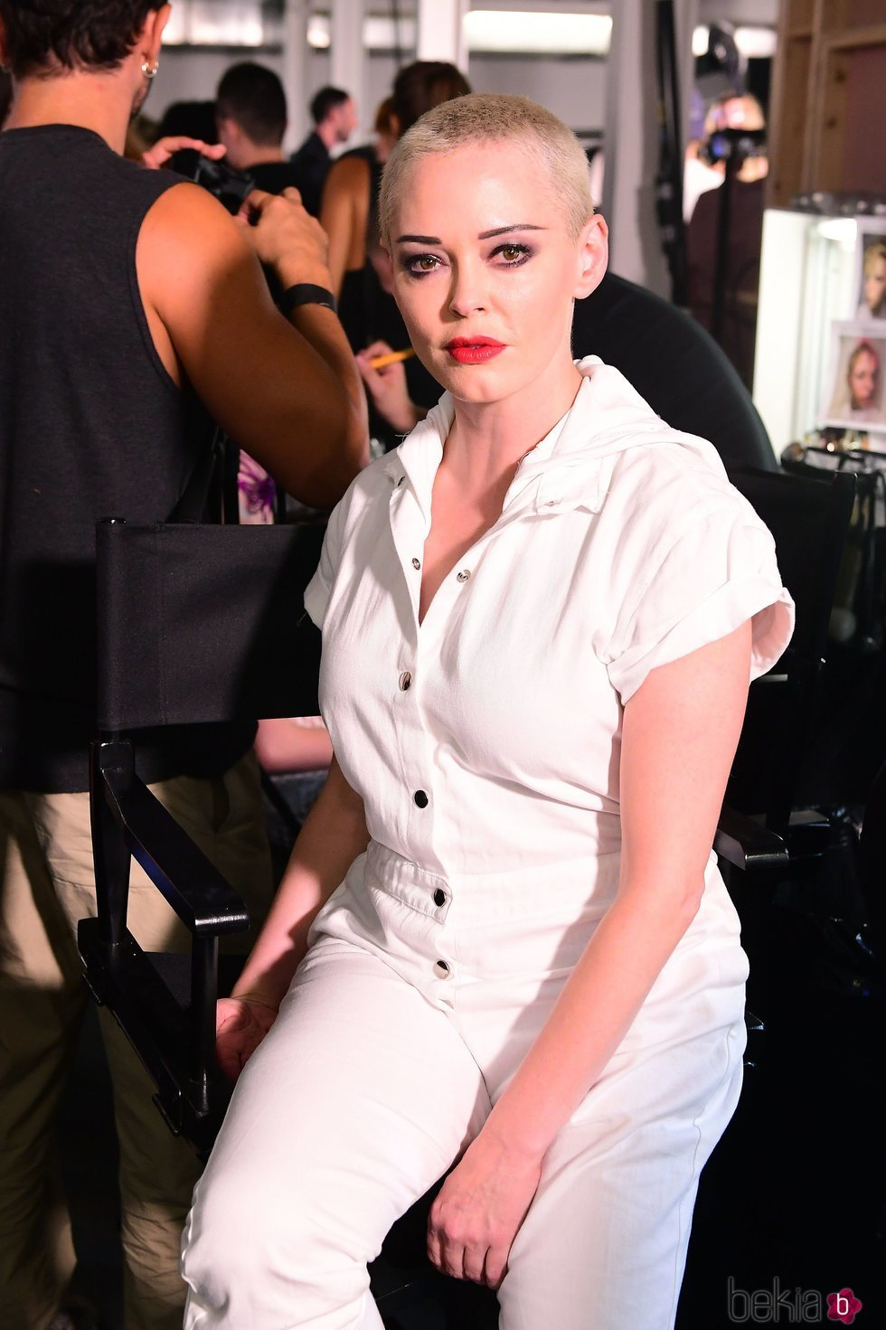 Rose McGowan en el backstage de Nichola Kirkwood durante la London Fashion Week