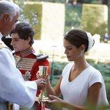 Fernando Fitz-James Stuart y Sofía Palazuelo comulgando en su boda
