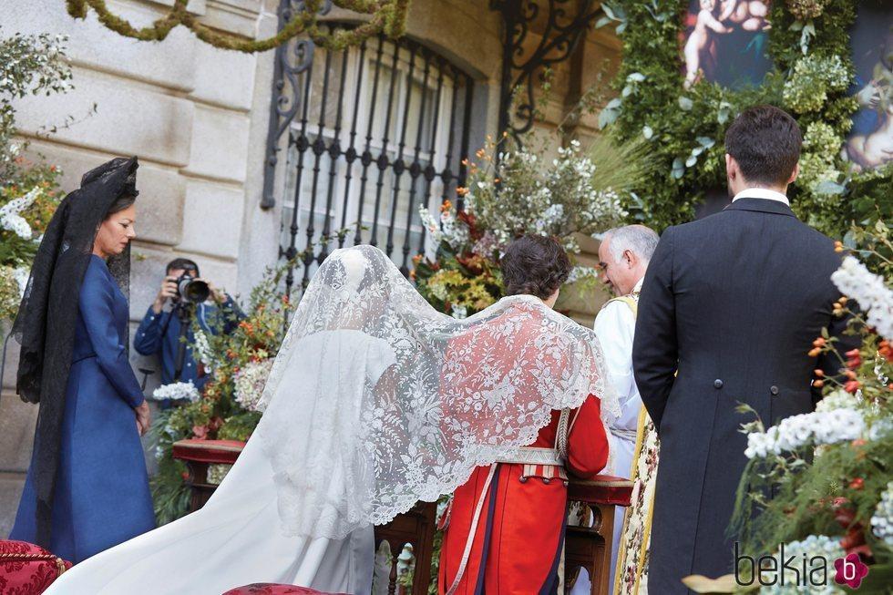 Los Duques de Huéscar, cubiertos por una mantilla en su boda