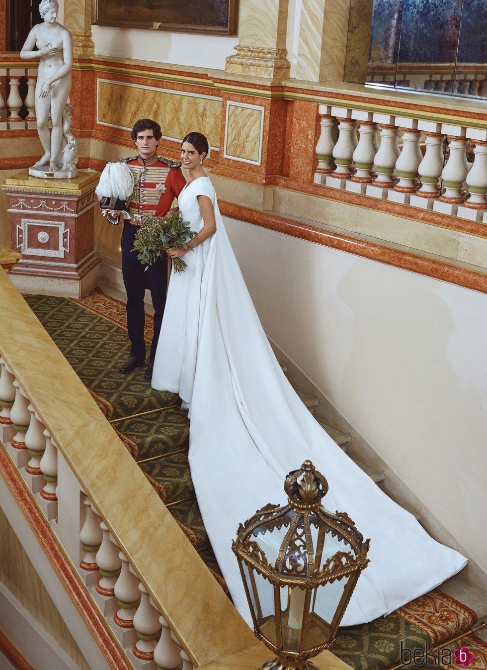 Fernando Fitz-James Stuart y Sofía Palazuelo posan en Liria en su boda