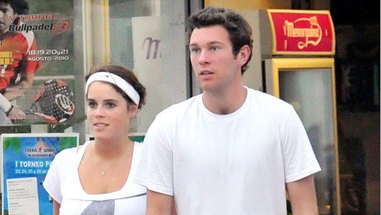 Eugenia de York y Jack Brooksbank pasean durante sus vacaciones en Marbella en 2010