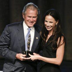George Bush junto a su hija Barbara Bush en los premios Padre del Año 2015