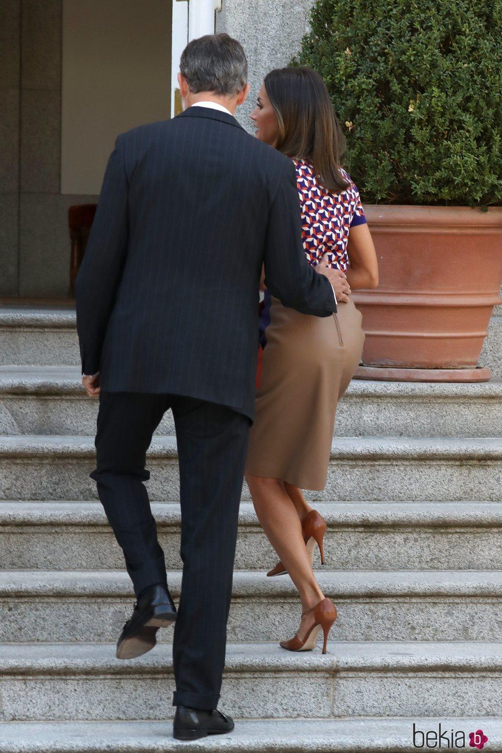 El Rey Felipe tiene un gesto cariñoso hacia la Reina Letizia en el almuerzo al presidente de Chile, Sebastián Piñera, y su esposa, Cecilia Morel