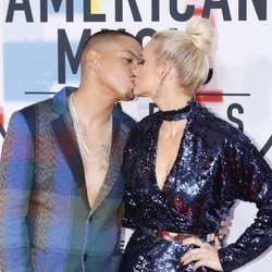 Evan Ross y Ashlee Simpson besándose en los American Music Awards 2018