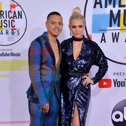 Evan Ross y Ashlee Simpson en los American Music Awards 2018