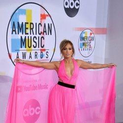 Jennifer Lopez enseñando su vestido en los American Music Awards 2018