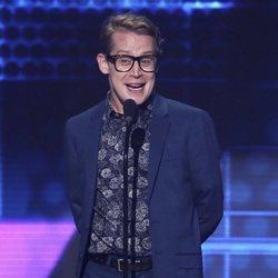Macaulay Culkin entregando un galardón en los American Music Awards 2018