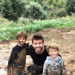 Gerard Piqué con sus hijos Milan y Sasha jugando en el barro