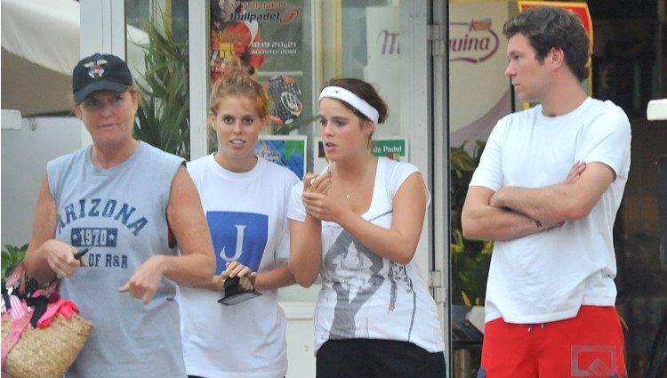 Sarah Ferguson junto a sus hijas, las Princesas Beatriz y Eugenia de York y el novio de esta, Jack Brooksbank en  2010