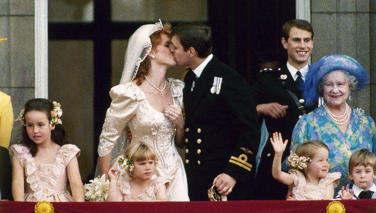 Los Duques de York besándose después de su boda