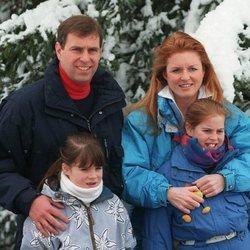 Los Duques de York junto a sus dos hijas durante unas vacaciones en Suiza