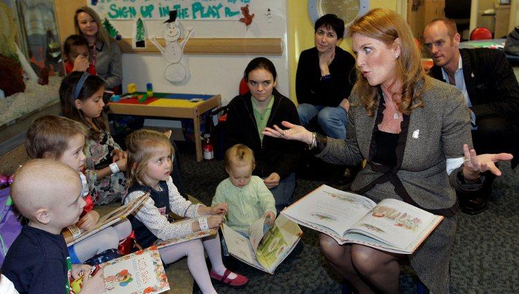 Sarah Ferguson leyendo uno de sus libros a un grupo de niños