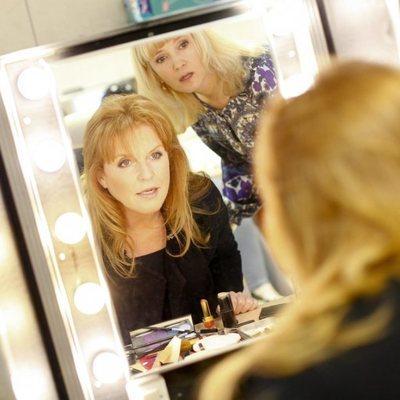 Sarah Ferguson preparándose para una entrevista en televisión