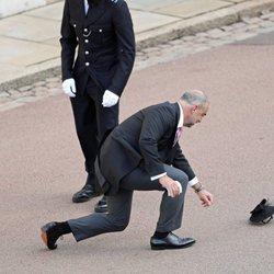 Un invitado a la boda de Eugenia de York y Jack Brooksbank intenta coger su sombrero