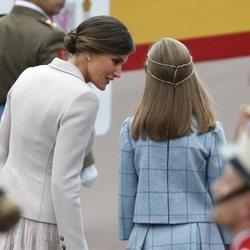 La Reina Letizia hablando con la Infanta Sofía a su llegada al desfile del Día de la Hispanidad 2018
