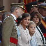 Los Reyes Felipe y Letizia y la Infanta Sofía viendo el desfile del Día de la Hispanidad 2018