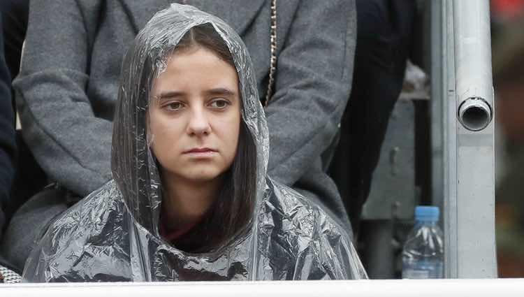 Victoria Federica cubriéndose de la lluvia con un chubasquero el Día de la Hispanidad 2018
