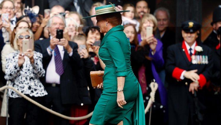 Sarah Ferguson va a saludar a una persona del público en la boda de Eugenia de York y Jack Brooksbank