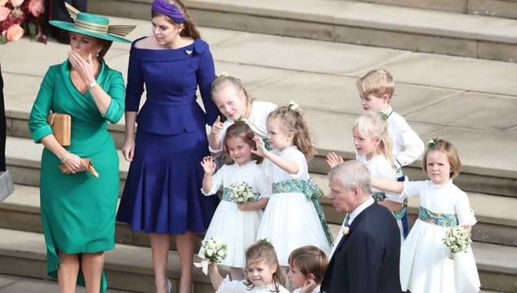 El Príncipe Andrés, Sarah Ferguson, Beatriz de York y los pajes y damas en la boda de Eugenia de York y Jack Brooksbank