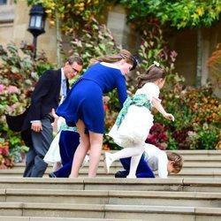 Louis de Givenchy tropieza cuando subía las escaleras junto a Lady Louise Mountbatten-Windsor en la boda de Eugenia de York y Jack Brooksbank