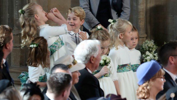 El Príncipe Jorge y Savannah Phillips haciendo travesuras en la boda de Eugenia de York y Jack Brooksbank