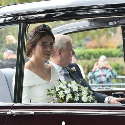 La Princesa Eugenia con el Duque de York llegando a su boda en un Rolls Royce