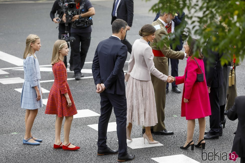 Pedro Sánchez situándose junto a los Reyes y sus hijas para los saludos del Día de la Hispanidad 2018