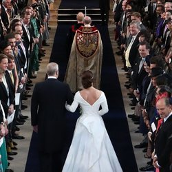 La Princesa Eugenia camina al altar del brazo del Príncipe Andrés