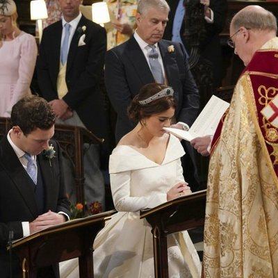 Eugenia de York y Jack Brooksbank rezando en su boda