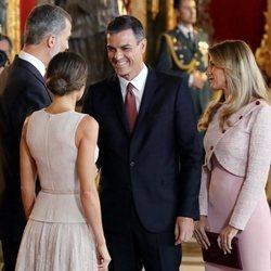 Pedro Sánchez y Begoña Gómez saludando a los Reyes en el Día de la Hispanidad 2018