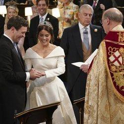 Eugenia de York pone el anillo a Jack Brooksbank en su boda