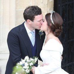 Eugenia de York y Jack Brooksbank se besan en su boda