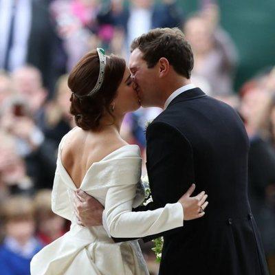 El beso de Eugenia de York y Jack Brooksbank en su boda