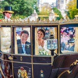 Eugenia de York y Jack Brooksbank paseando en carruaje por Windsor en su boda