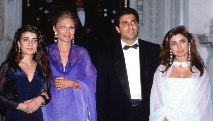 Farah Diba junto a sus hijos Leila y Reza Ciro y la esposa de éste, Yasmine