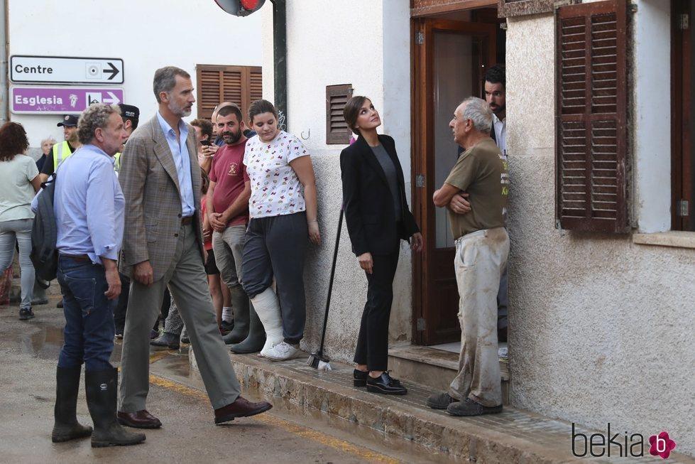Los Reyes Felipe y Letizia durante su visita a la localidad afectada por las riadas de Mallorca
