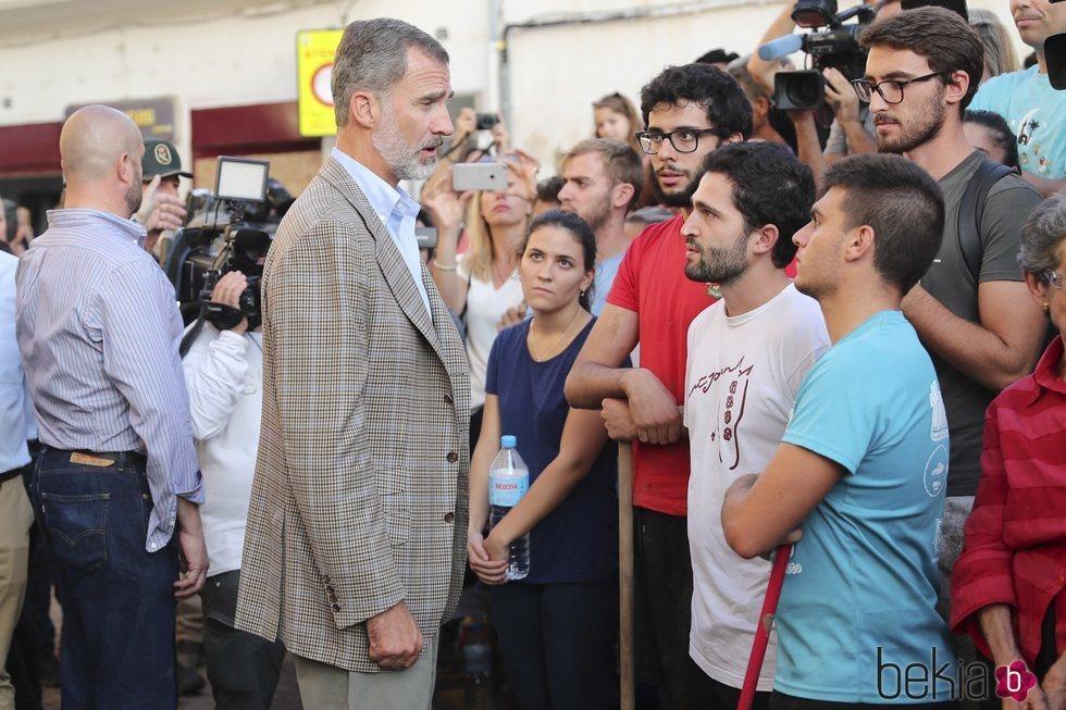 El Rey Felipe habla unos jóvenes en la localidad afectada por las riadas de Mallorca