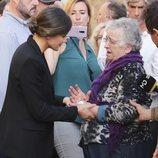 La Reina Letizia consuela a una mujer en la localidad afectada por las riadas de Mallorca