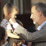 El Rey Felipe, cariñoso con un niño durante su visita a la localidad más afectada por las riadas en Mallorca