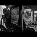 Eugenia de York y Jack Brooksbank besándose en un carruaje en su boda