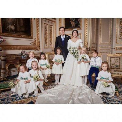Eugenia de York y Jack Brooksbank con sus pajes y damas en la foto oficial de su boda