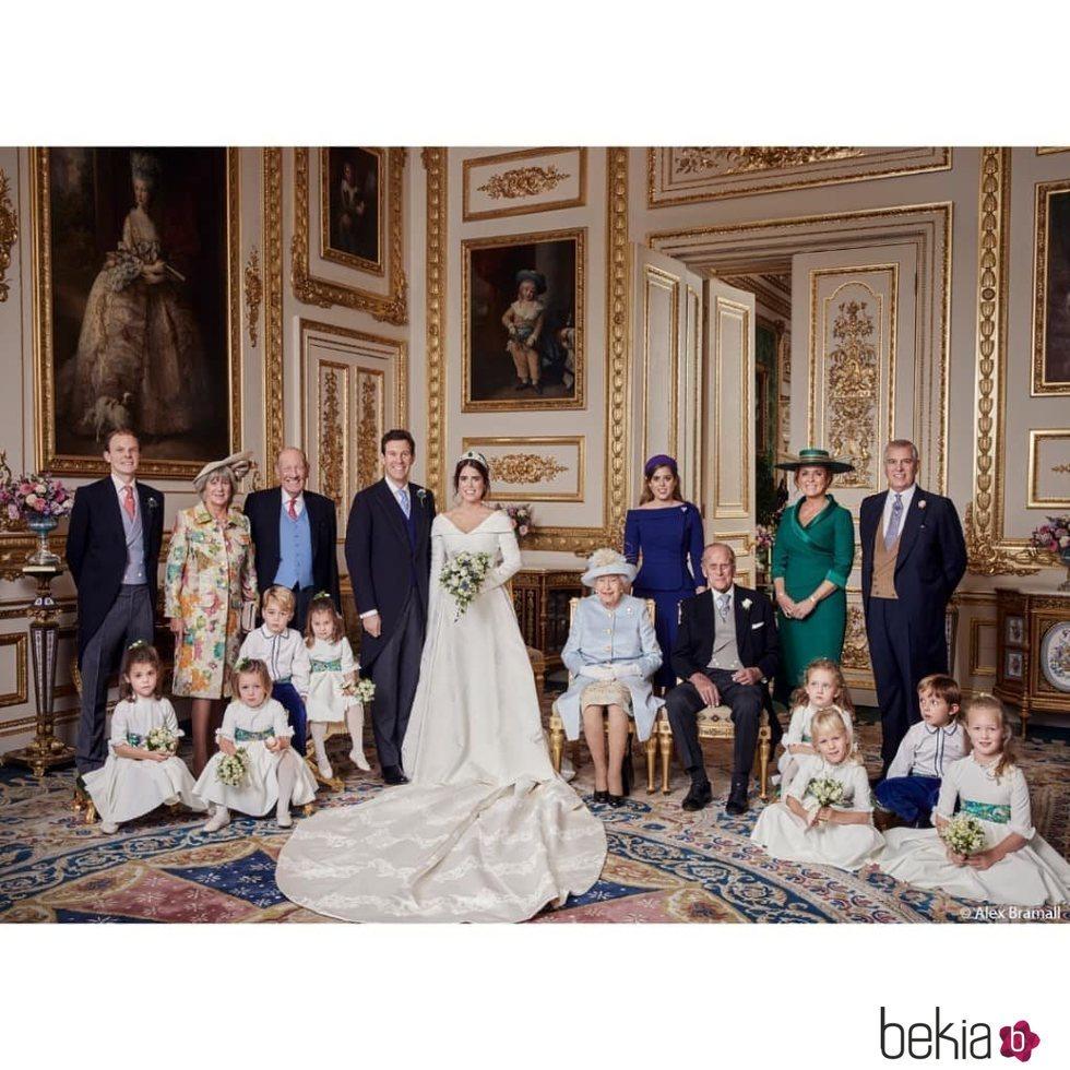 Eugenia de York y Jack Brooksbank con sus padres, hermanos, pajes, damas, la Reina Isabel y el Duque de Edimburgo en su boda